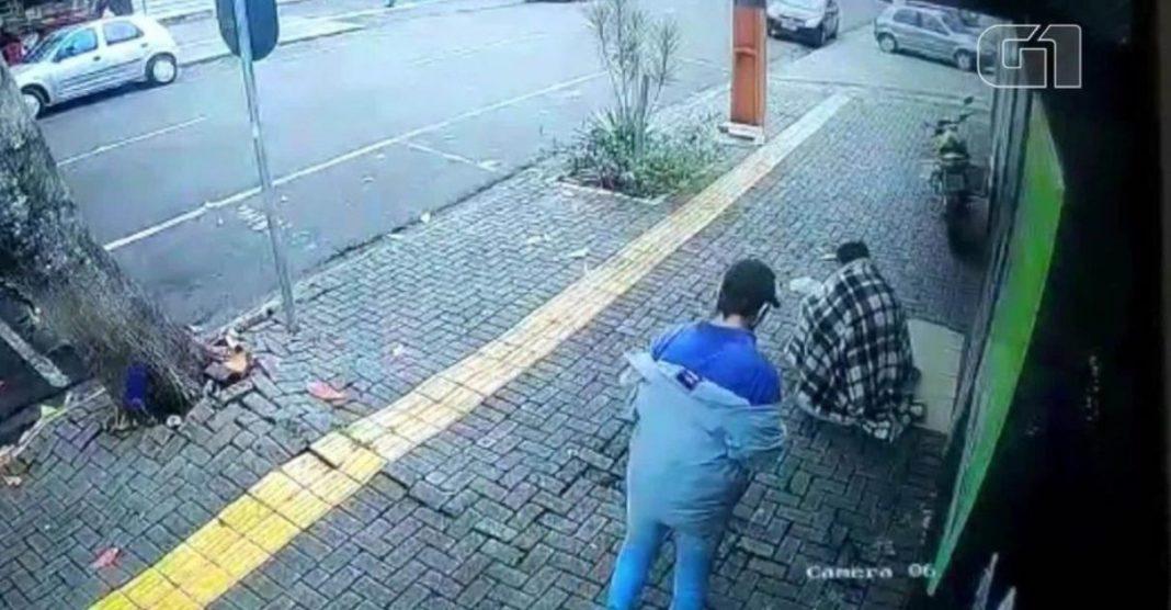 vendedor de paçoca dá blusa de frio morador de rua