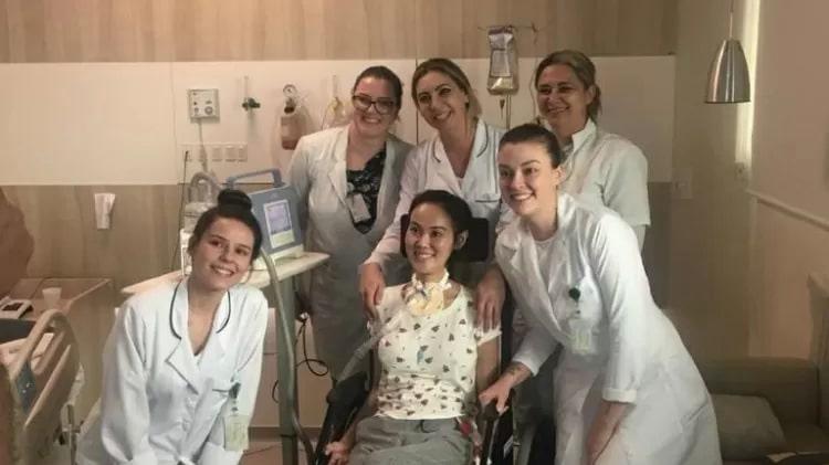 mulher com ela leito clínico rodeada equipe medica
