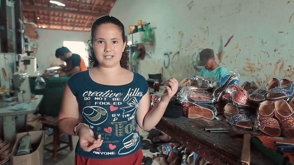 menina apresenta oficina artesanatos couro
