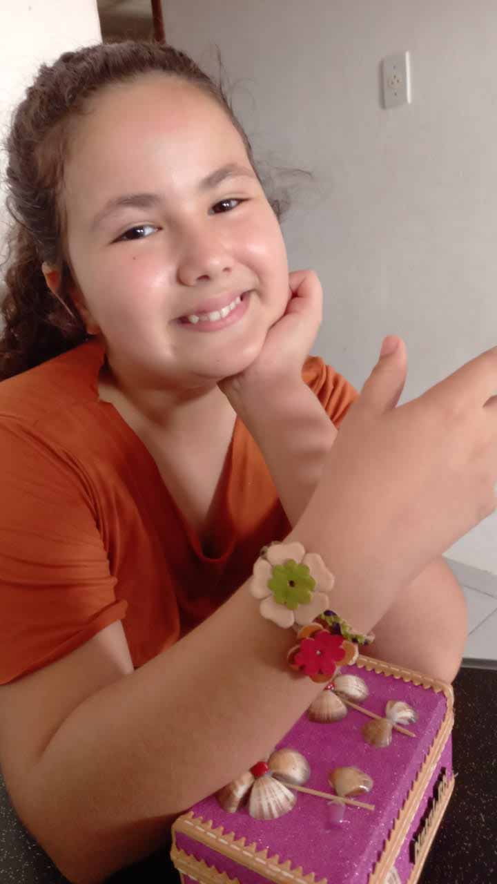 menina exibe pulseira couro em seu pulso