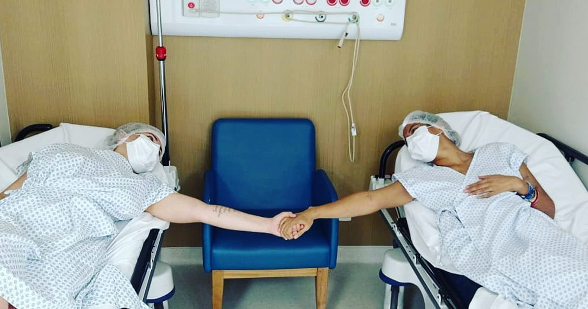 primas dão as mãos após transplante rim
