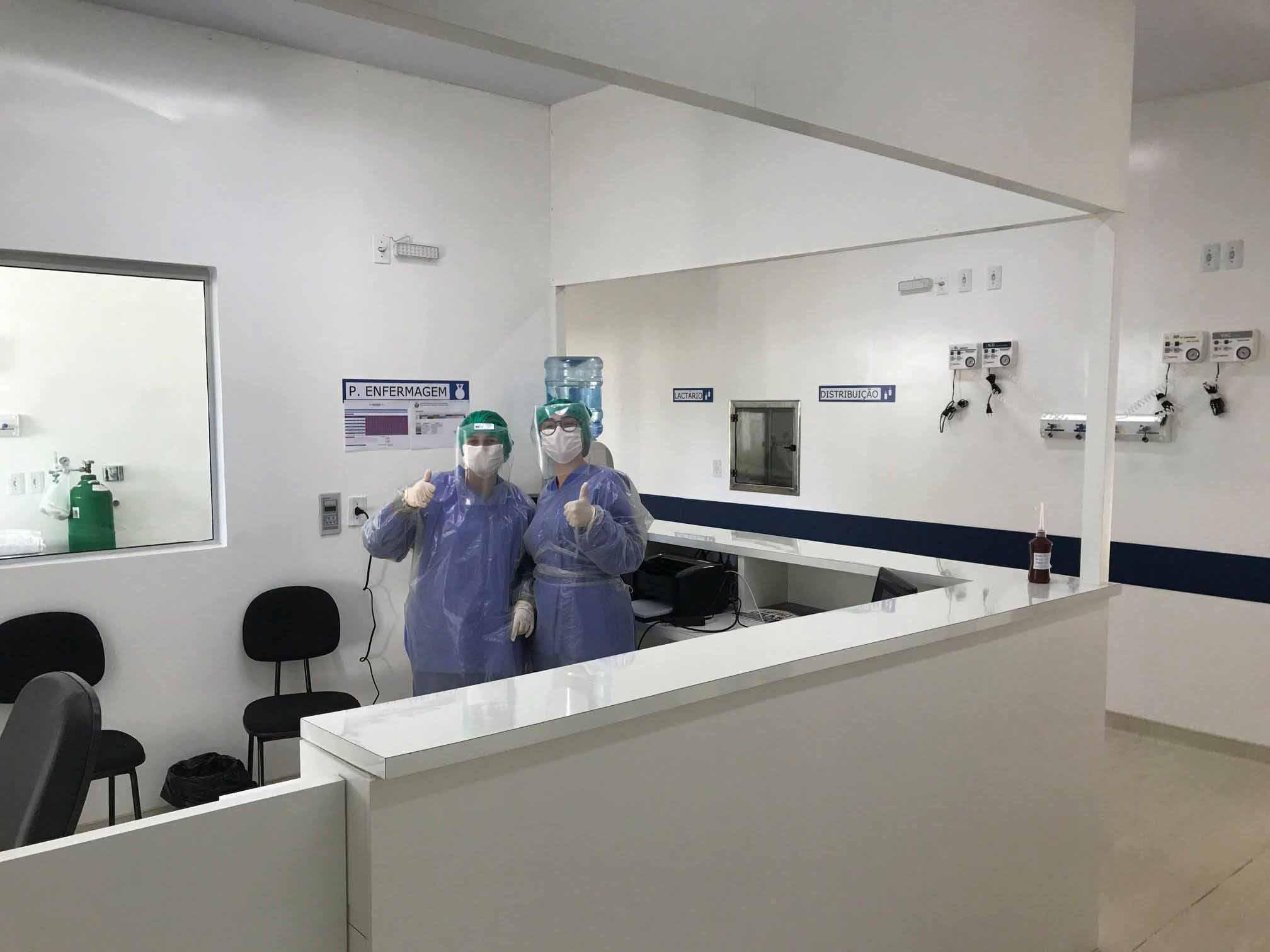 recepcionistas hospital usando epis