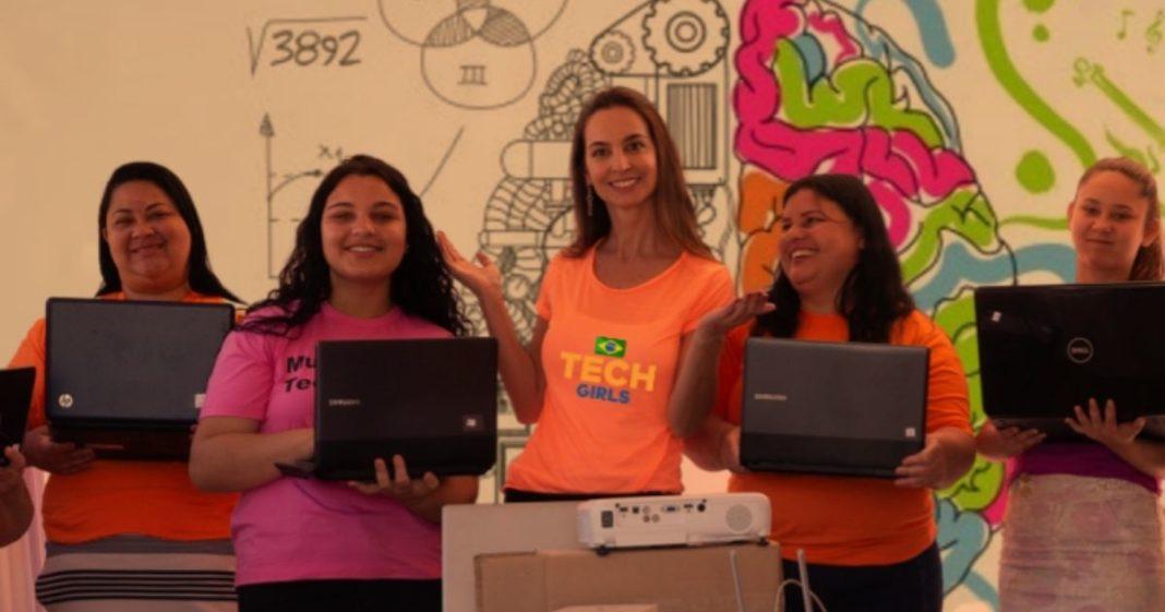 alunas da tech girls recebem doação de notebooks