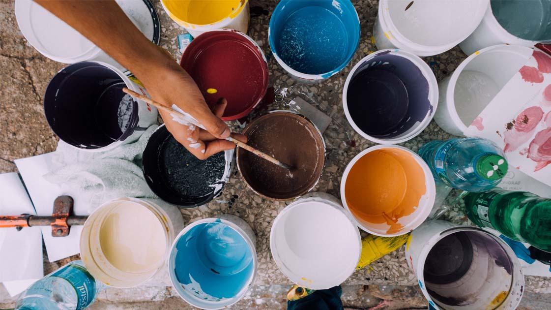 baldes de tintas coloridas