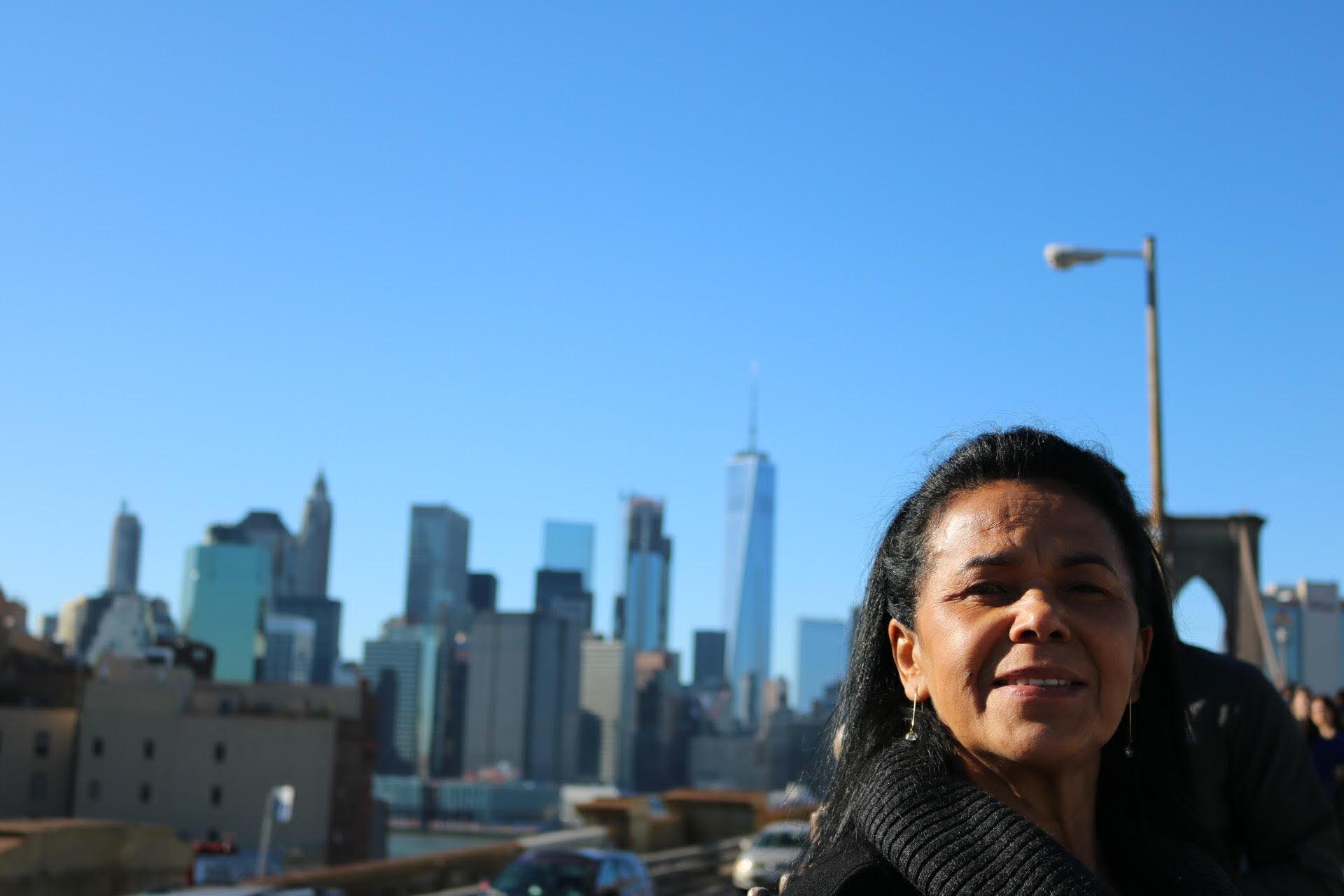 trabalhadora doméstica conhecendo ponto turístico nova york