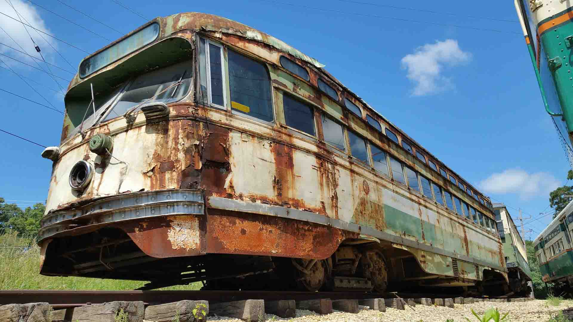 vagão de trem enferrujado parado linha