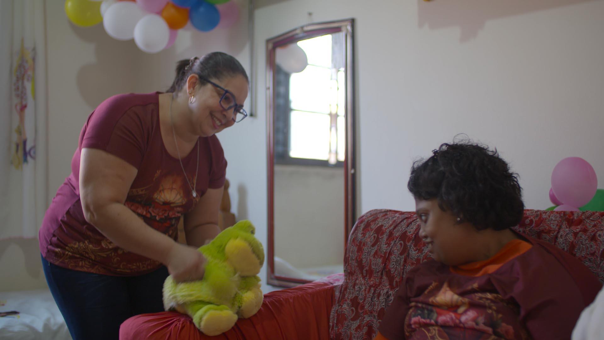 mãe brinca pelúcia filha microcefalia