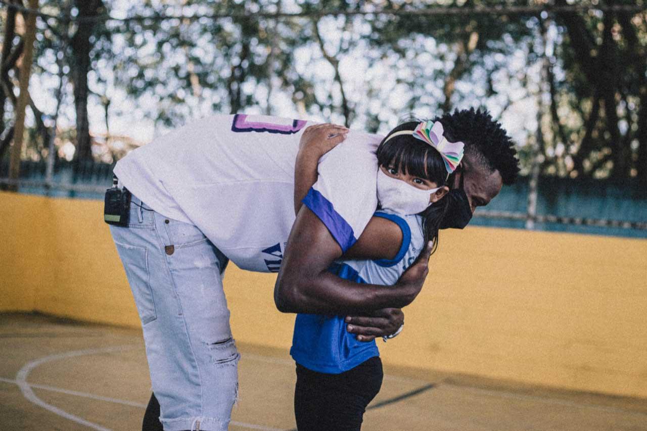 atacante brasileiro vinícius jr. abraçando menina instituto vinícius jr.