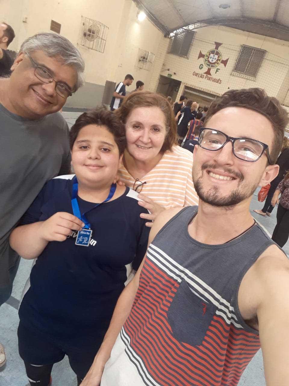 selfie família de venezuelanos em quadra de futebol