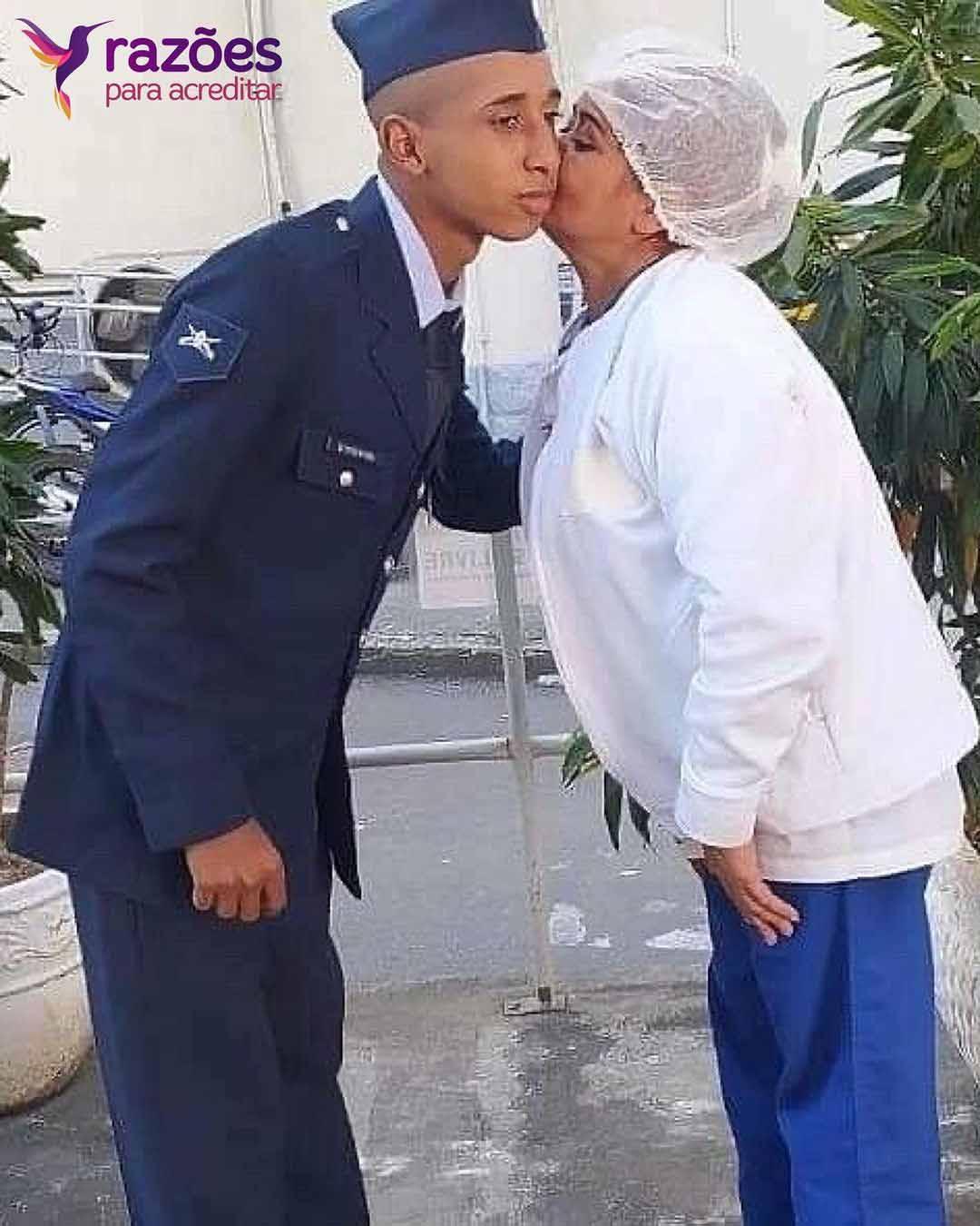mãe beija filho após formatura