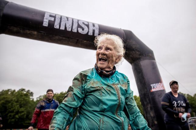 idosa completa corridas com obstáculos