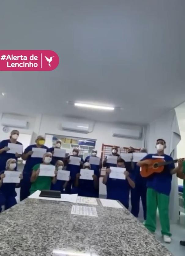 profissionais de saúde hospital comemoram utis vazias covid-19