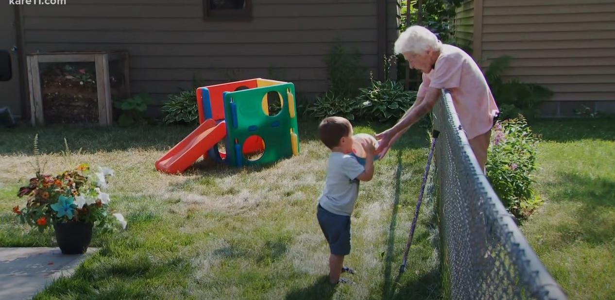 menino faz amizade com idosa através cerca separa suas casas