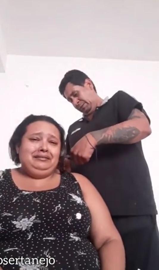 marido raspa cabeça apoiar esposa câncer de mama