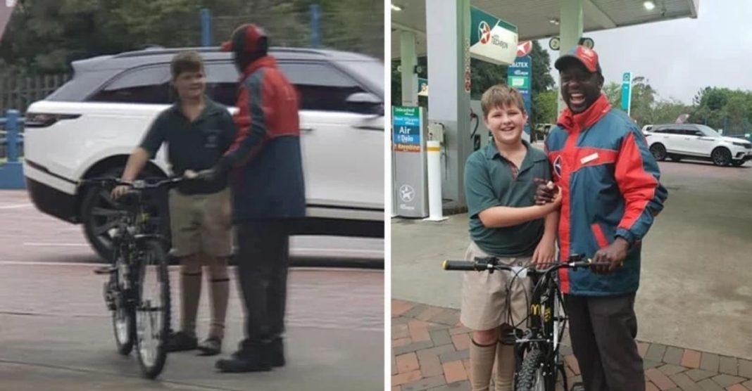 menino usa economias dar bicicleta amigo frentista
