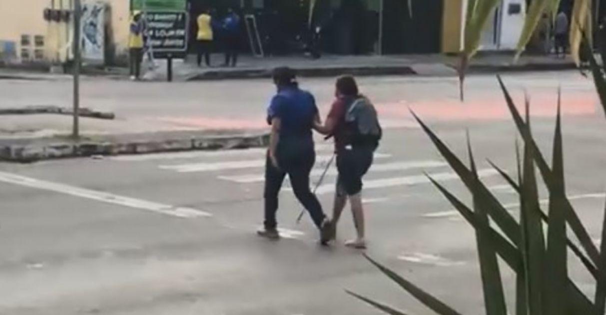 motorista de ônibus ajuda passageira cega