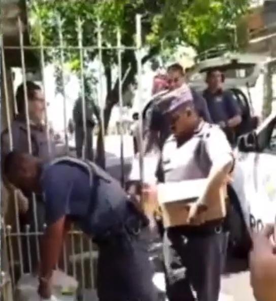 policiais ajudam mulher fraldas descartáveis pai idoso