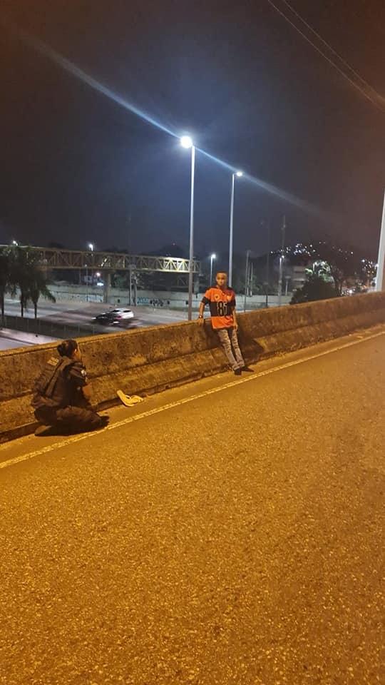 policial se ajoelha convence jovem não tirar própria vida