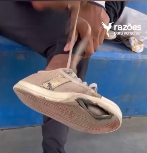 professor presenteia aluna surda par tênis novos