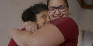 mãe abraça filha microcefalia