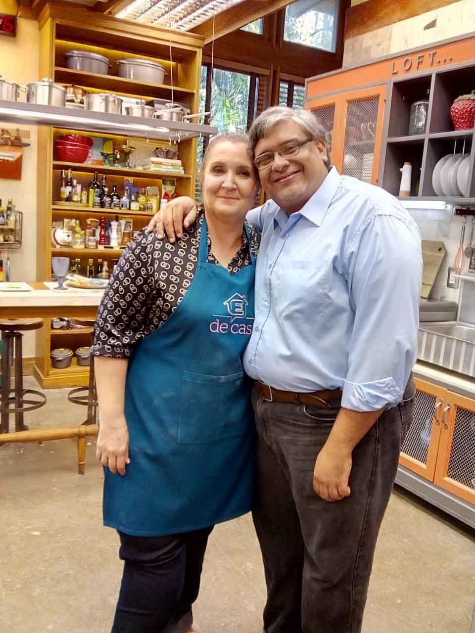 casal de venezuelanos se abraçam em cozinha de comida árabe