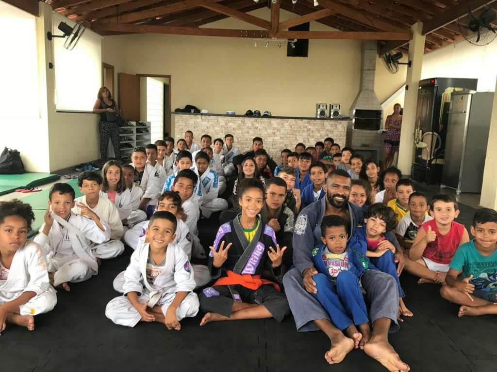 professor jiu-jitsu sentado tatame alunos