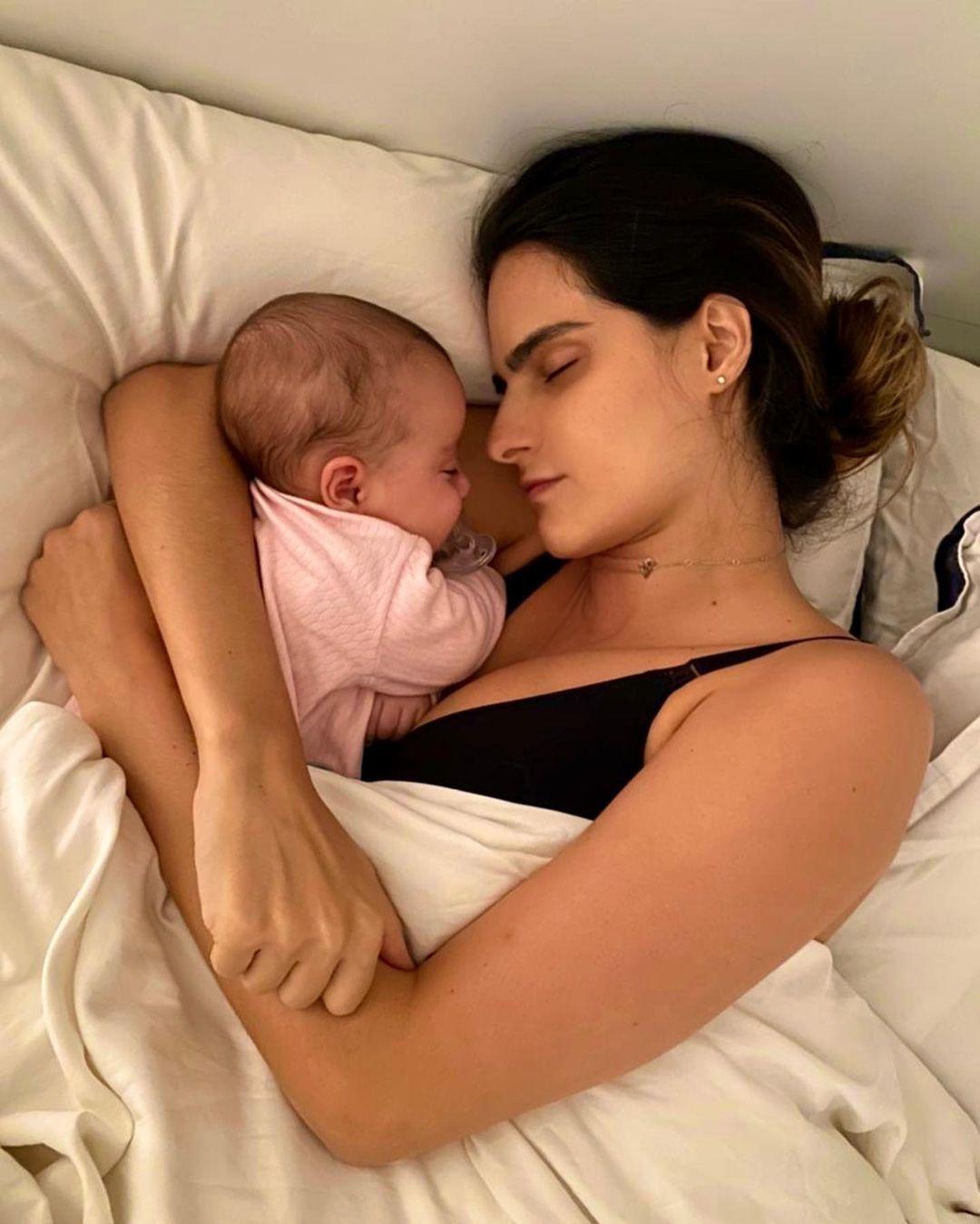 mãe sonho amamentação filhas gêmeas recém-nascidas