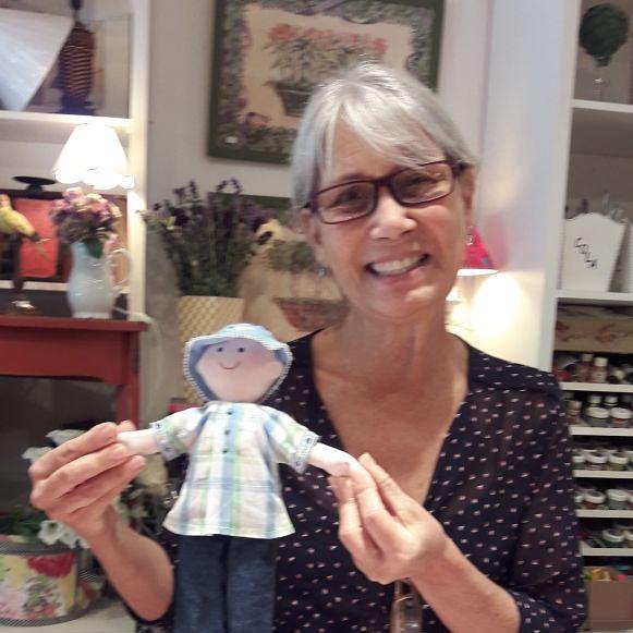 artesã segura boneca terapêutica para crianças hospitalizadas