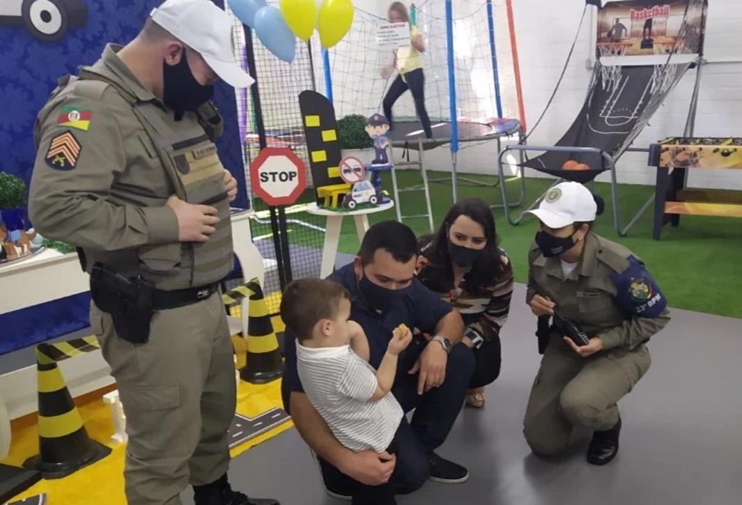 policiais militares surpresa menino aniversário