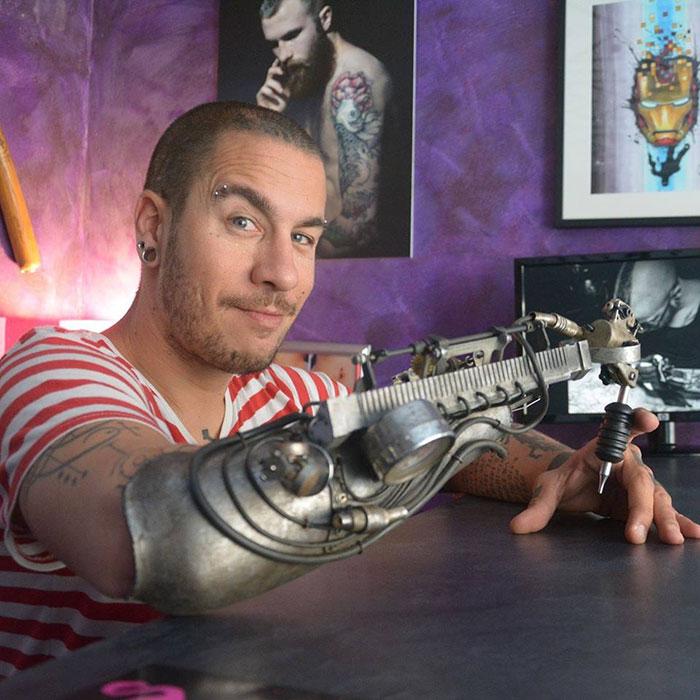 tatuador ganha protese com máquina tatuadora
