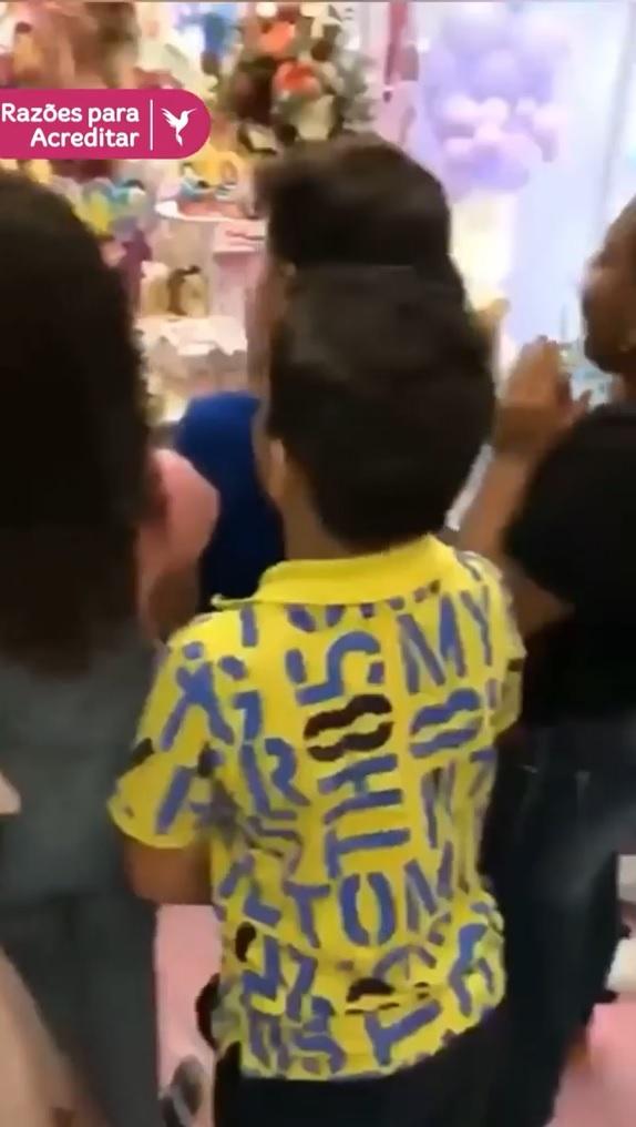 criancas cantam parabéns baixinho para não chatear amiga autista