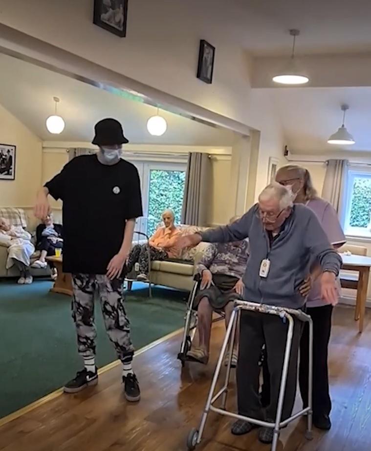 adolescente autista ensina idoso dançar body pop video