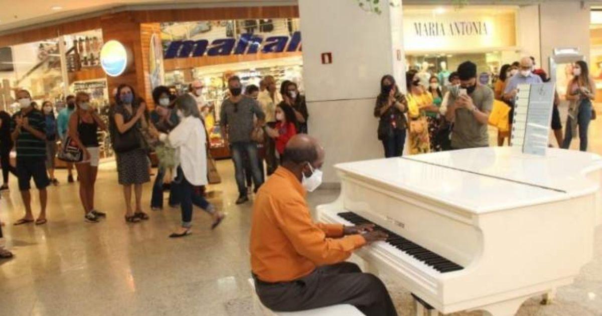 vendedor ambulante tocou piano shopping se emociona teclado novo