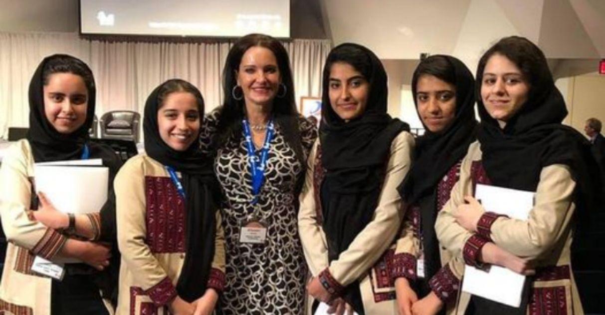 educadora ajuda resgatar meninas equipe robótica afeganistão
