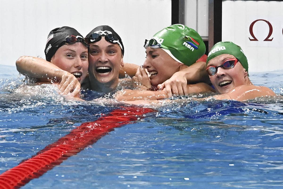 nadadora chora de alegria quebrar recorde mundial recebe abraço companheiras