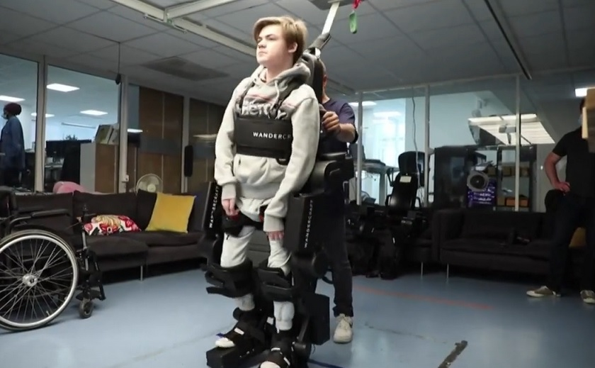 pai cria exoesqueleto filho com deficiência motora