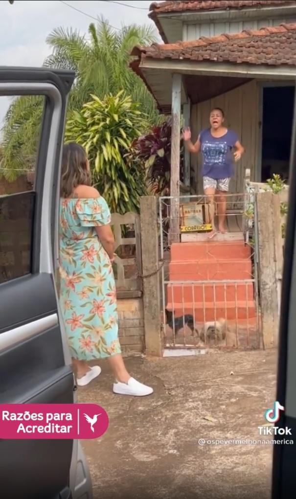 mulher visita babá cuidou dela infância vídeo