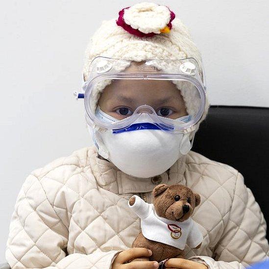 terapia pioneira prótons apaga tumor cerebral menina