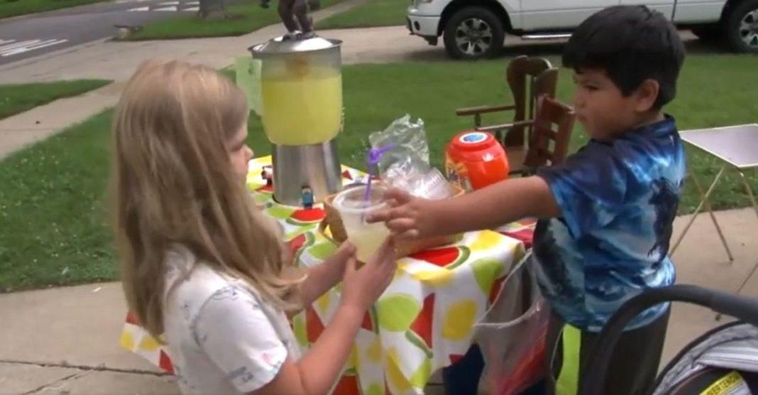 menino vende limonada doa renda crianças carentes