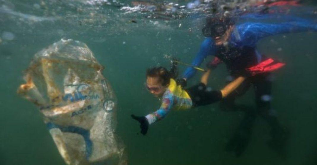 menina ganha condecoração por limpar praias do rio