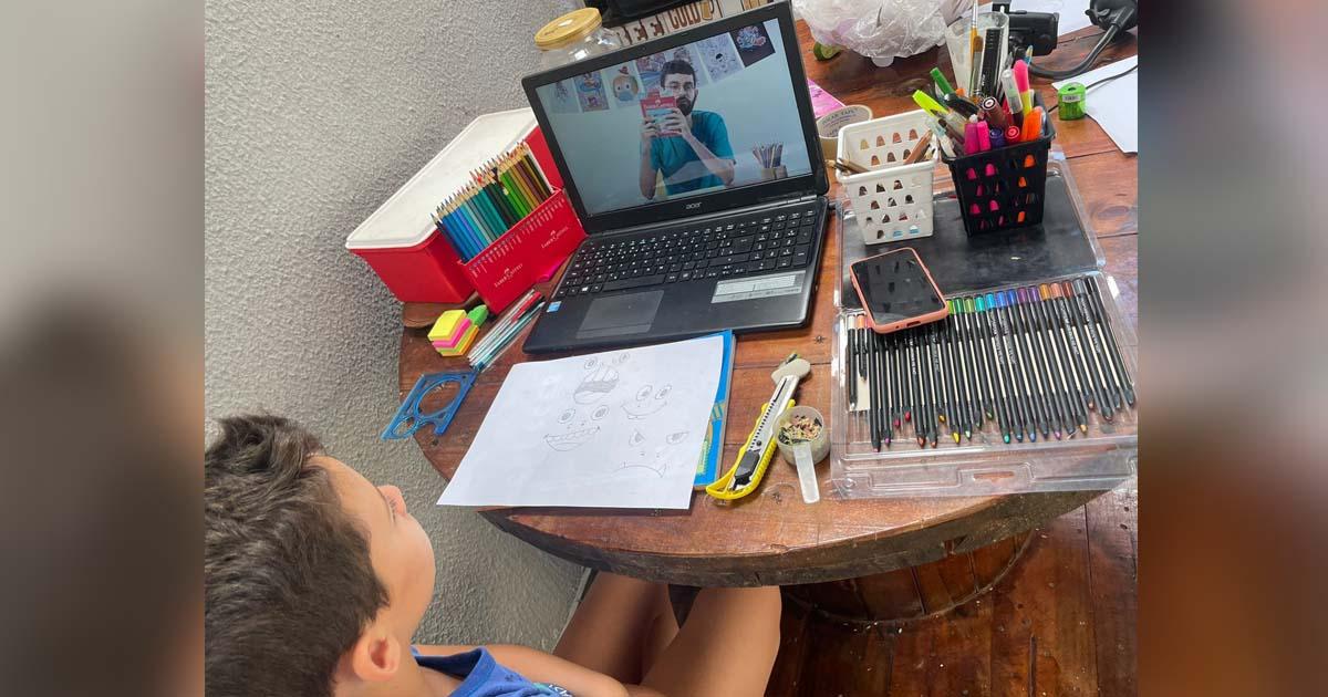 menino assiste curso da faber-castell em notebook