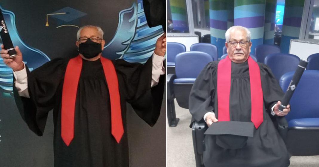 idoso comemora formatura em direito em frente banner da universidade estácio