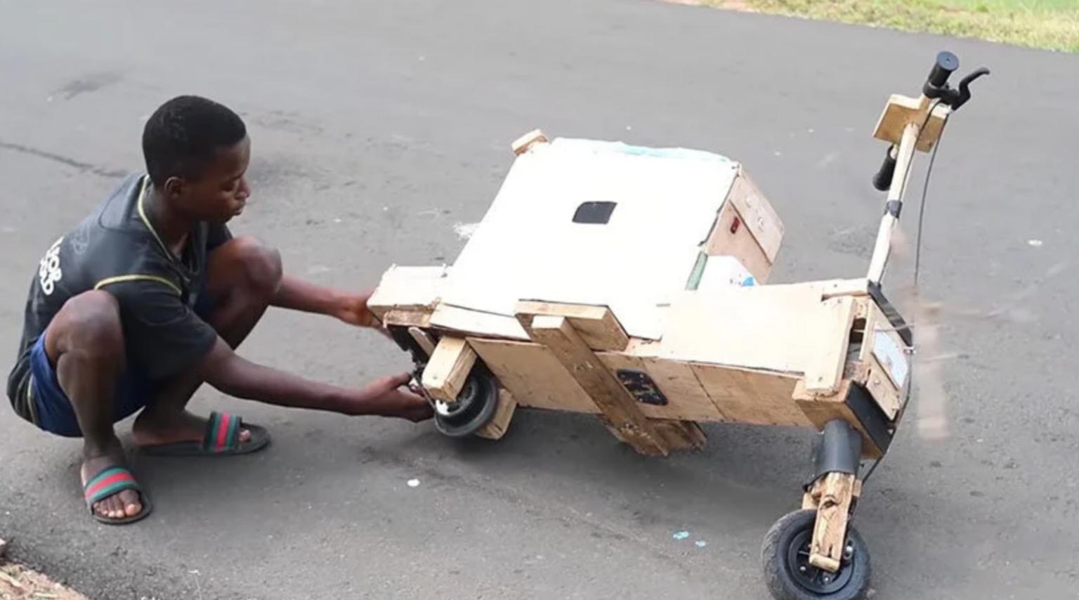 adolescente constrói moto elétrica madeira movida energia solar
