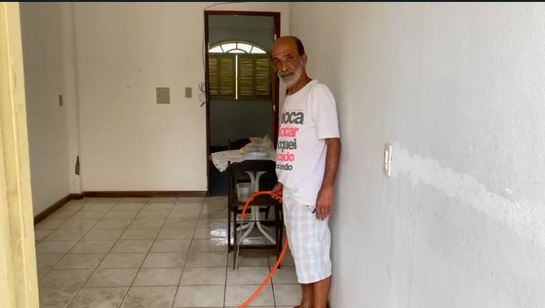 Homem lavando sala de casa