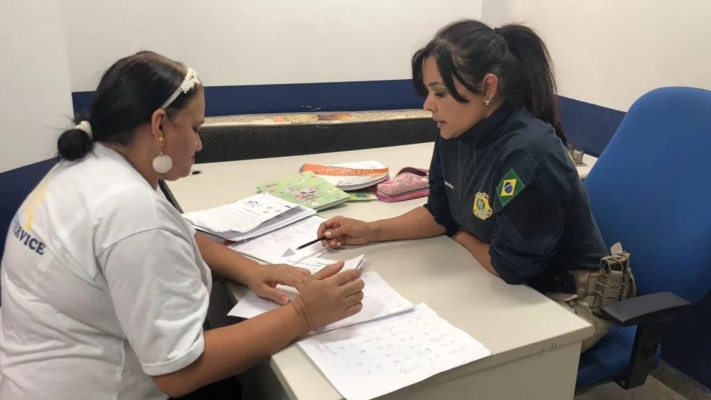 policial ensina funcionária prf a ler e escrever