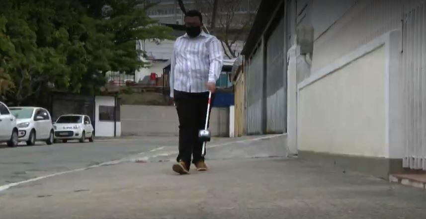 Estudante com deficiência visual ajuda criar bengala inteligente detecta obstáculos