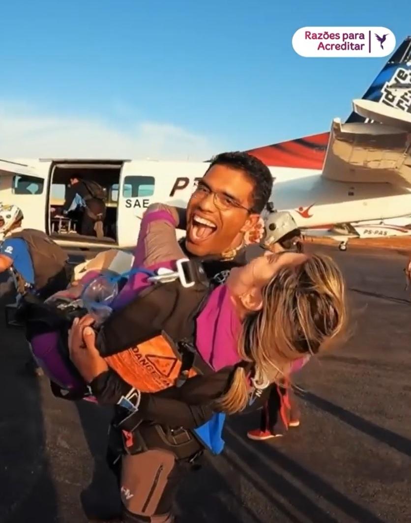 mulher volta saltar paraquedas um ano após ficar paraplégica