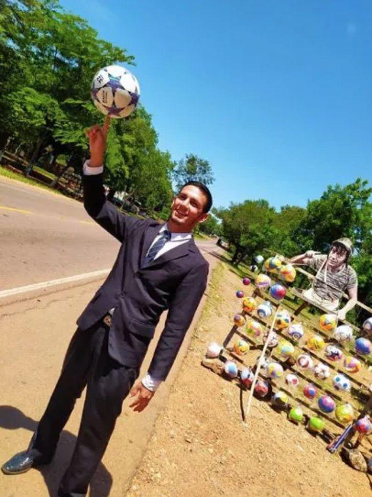 vendedor fantasiado kiko conquista clientela paga universidade