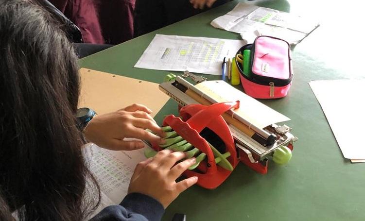 alunos aprendem braille acolher colega cega