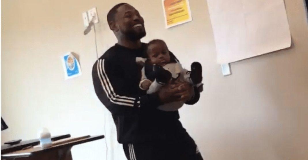 professor segura bebê de estudante para ela poder tomar notas